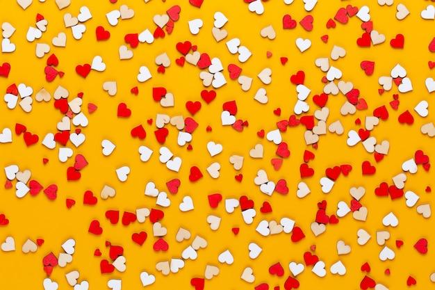 黄色の背景に小さな木の心。独創的なアイデア。バレンタインの日グリーティングカード。