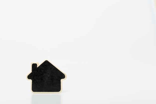 テーブルの上の小さな木の家。不動産事業のための概念。