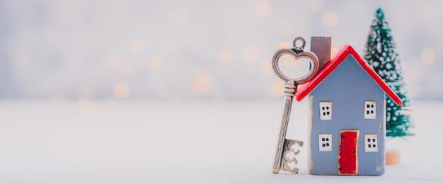 小さな木の家モデル、不動産、住宅ローン、財産保険、セキュリティの概念