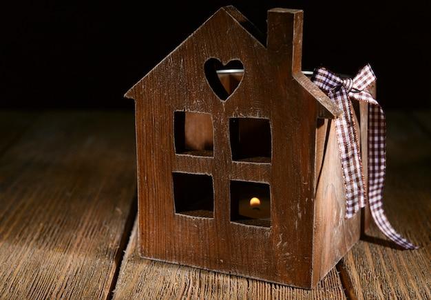 木製のテーブルのクローズアップ上の小さな木造住宅