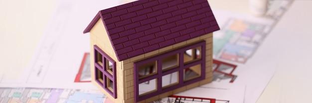 디자인 프로젝트 근접 촬영에 서 있는 작은 목조 주택. 아파트 디자인 컨셉