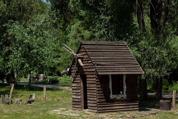 방앗간이있는 작은 목조 주택