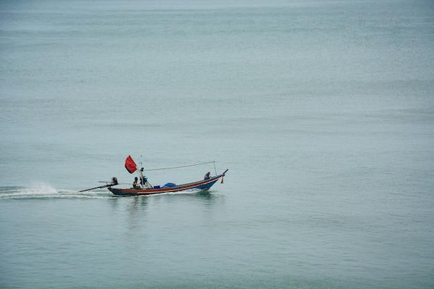 Nakhon si thammarat thailand 바다 한가운데에서 항해하는 작은 목조 지역 어선