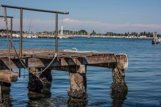 ヴェネツィアのラグーンにある中型および小型ボート用の小さな木製係留。