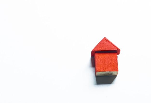 住宅ローンのコンセプトのためのモダンなデザインの白い背景を持つ小さな木造の赤い家