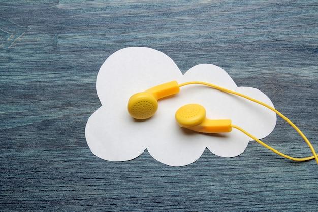 작은 노란색 헤드폰과 푸른 나무 바탕에 흰 종이 구름. 평면도