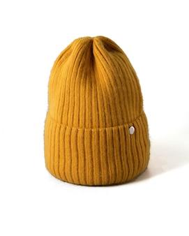 격리 된 흰색 배경에 작은 노란색 니트 모자. 털 모자 근접 촬영입니다.