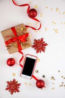 美しいクリスマスの装飾と白い背景のsmarphone。