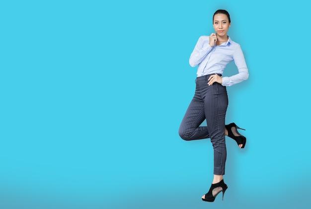 Умная азиатская женщина с деловым взглядом на синем фоне (включая путь)