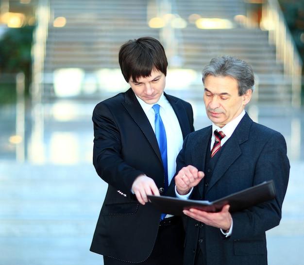 同僚のビジネス アイデアを説明するスマートな上司