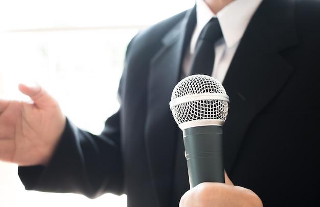 Умная речь бизнесмена и разговор с микрофонами в зале для семинаров или конференц-залах