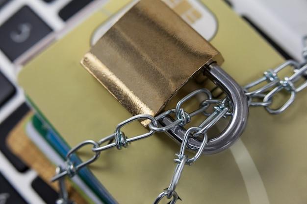 Смарт-карты заблокированы в цепи на ноутбуке
