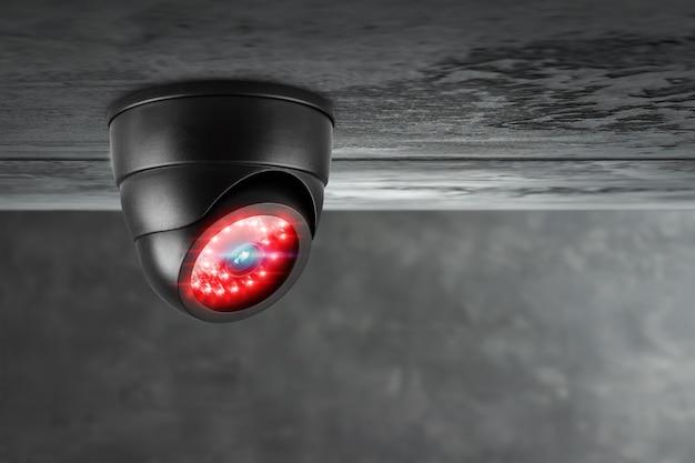 Умная камера видеонаблюдения под потолком с красной подсветкой.