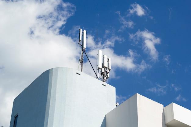 Базовая станция сотовой сети сотовой сети на телекоммуникационной мачте