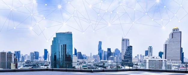 高層ビルの背景にスマートシティと無線通信ネットワーク金融現代技術の概念