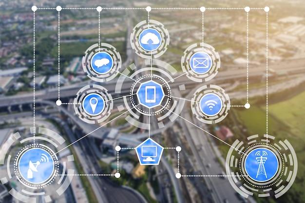 무선 통신 네트워크 아이콘으로 스마트 시티 스카이 라인. 사물의 iot 인터넷의 개념.