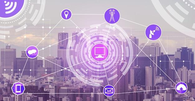 ワイヤレス通信ネットワークアイコンとスマートシティスカイライン。