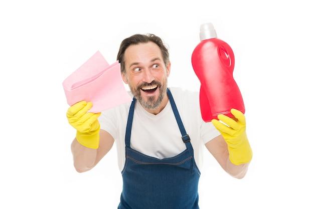 스마트 클리닝 솔루션. 청소 서비스 및 가사도우미. 고무 장갑을 낀 남자는 병 액체 비누 화학 세정제를 들고 있습니다. 수염난 남자가 집을 청소합니다. 정리 개념입니다. 얼룩을 제거하십시오.