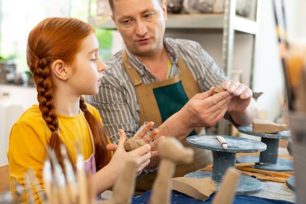 美術の先生に聞いてスマートクリエイティブな赤い髪の少女