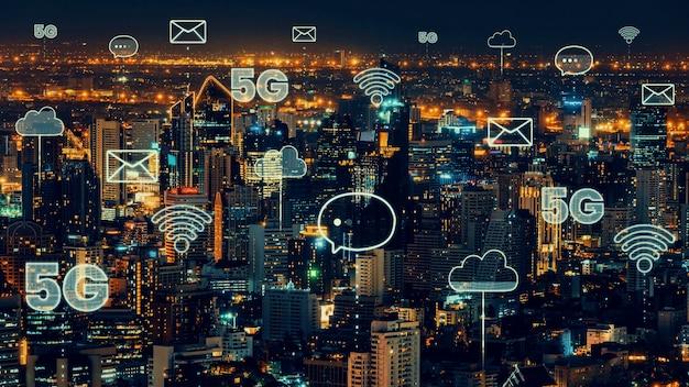 Умный цифровой город с абстрактным графическим изображением глобализации, показывающим сеть связи