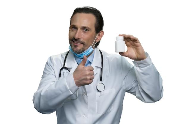 賢い医者はその薬を勧めます。白い壁に分離された成熟した薬の肖像画。