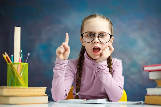 Умная элементарная школьница, получают идею, делают домашнюю работу