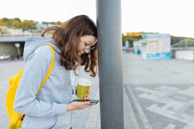 스마트 집중 소녀는 휴대 전화에 의해 산만