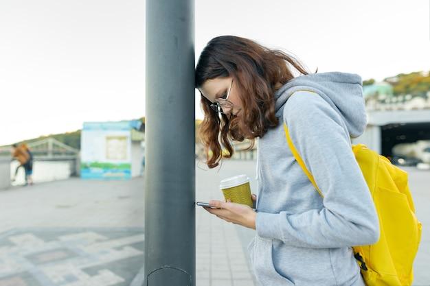휴대 전화로 산만 스마트 소녀