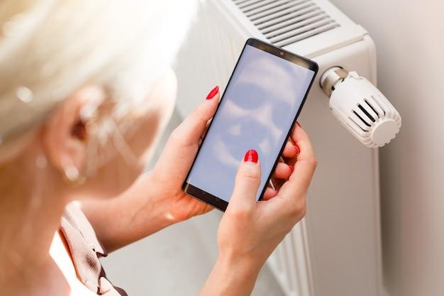 スマートホームオートメーション:温度と暖房に関連する家庭の消費量を示すディスプレイ。スイッチ制御盤ボードの内側にある電力線の自動ヒューズ電気コネクタ。