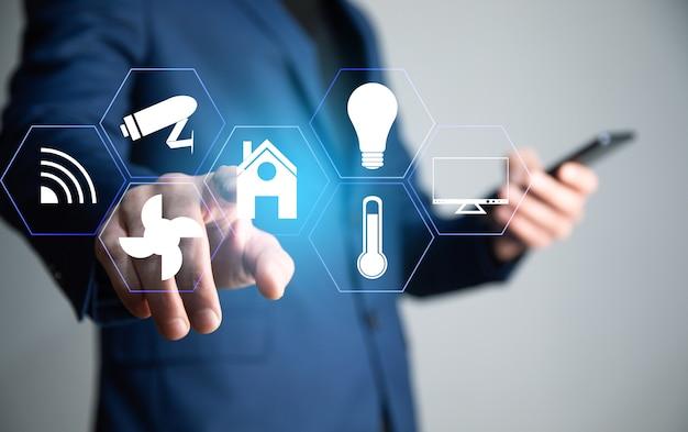 スマートフォン、スマートハウステクノロジーによるスマートホームコントロール。