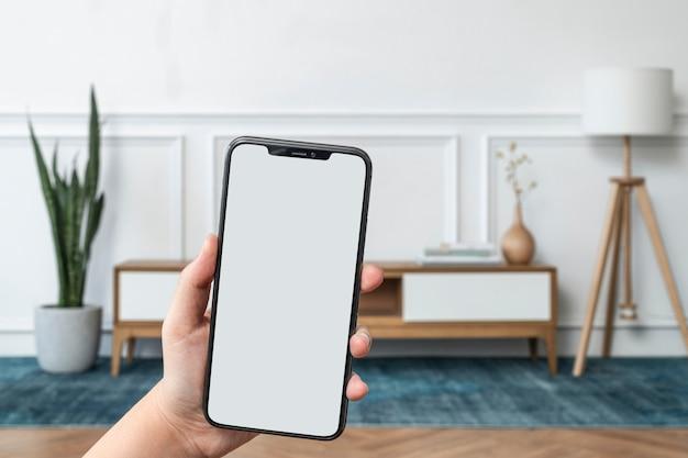 빈 휴대폰 화면이 있는 스마트 홈 시스템