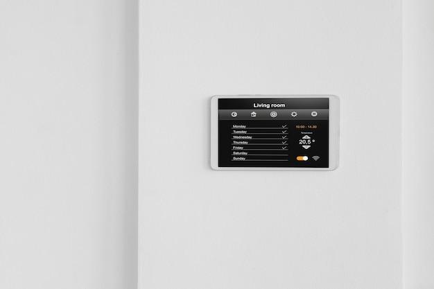 壁にスマートホームタブレット