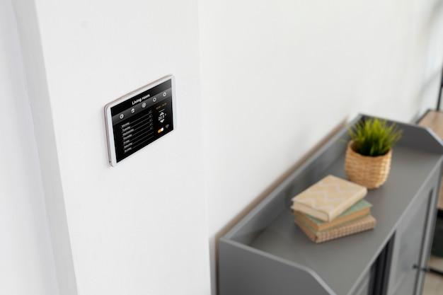 Умный домашний планшет на стене