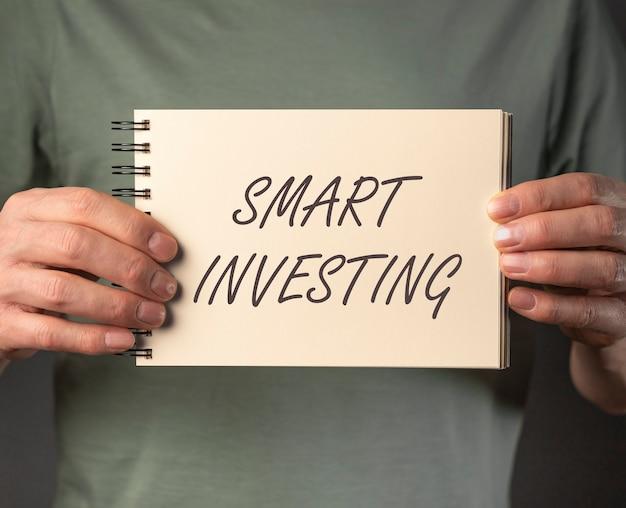 Умная концепция инвестирования. слово инвестиции. деньги и финансы.