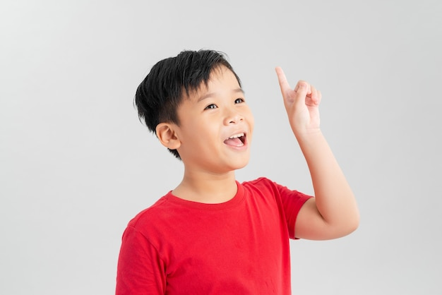 가리키는 빨간 티셔츠에 똑똑한 아이