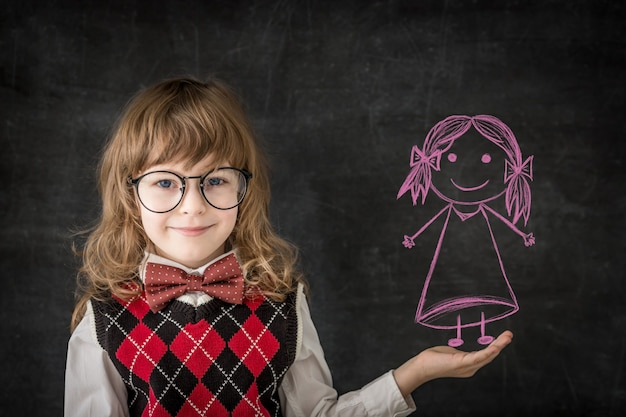수업 시간에 똑똑한 아이들. 칠판에 대 한 행복 한 아이 들. 교육 개념