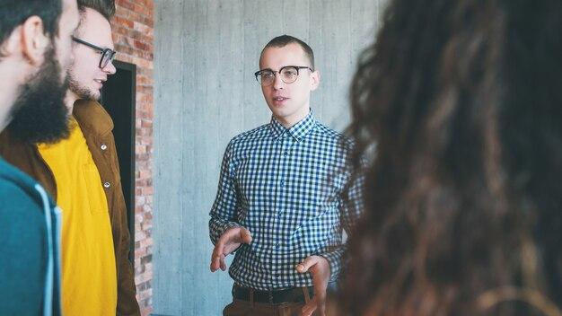 Умные миллениалы в бизнесе. творческий коллектив ведет общение с коллегами.