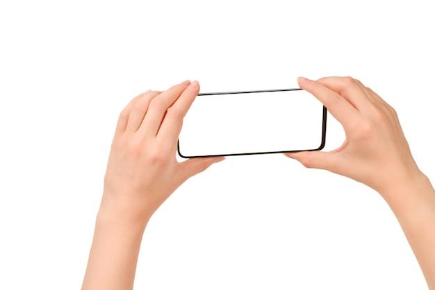 Смартфон в руках женщины, изолированные на белом фоне. белый экран. скопируйте пространство.