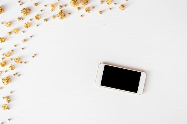 スマートフォンのモバイルディスプレイテーブルにクリスマスの組成の背景。壁紙、パインコーン