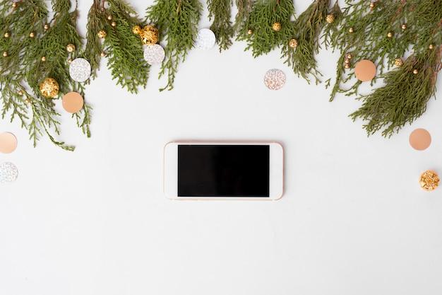 テーブル上のスマートフォンのモバイルディスプレイ。クリスマスの時期。
