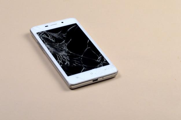 画面が壊れたスマートフォン