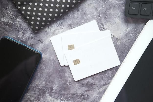 빈 화면, 신용 카드 및 테이블에 차 스마트 폰 프리미엄 사진