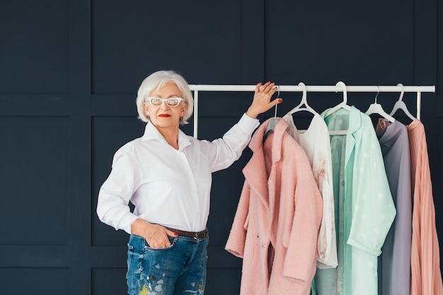 スマートなシニア女性のワードローブ。ショッピングレジャー。裕福な年配の女性の個人的なスタイル。