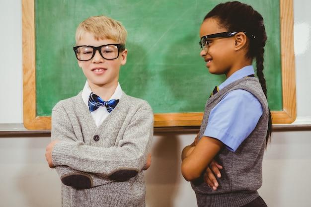 スマートな学生が黒板の前に立っている