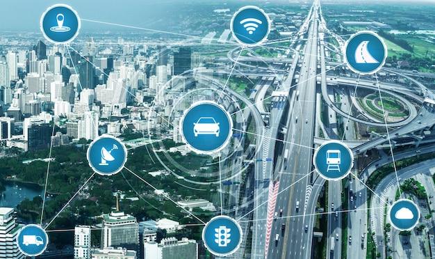 Концепция интеллектуальной транспортной технологии для будущего автомобильного движения по дорогам Premium Фотографии