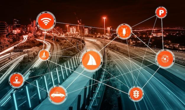 도로 위의 미래 자동차 교통을 위한 스마트 교통 기술 개념 프리미엄 사진