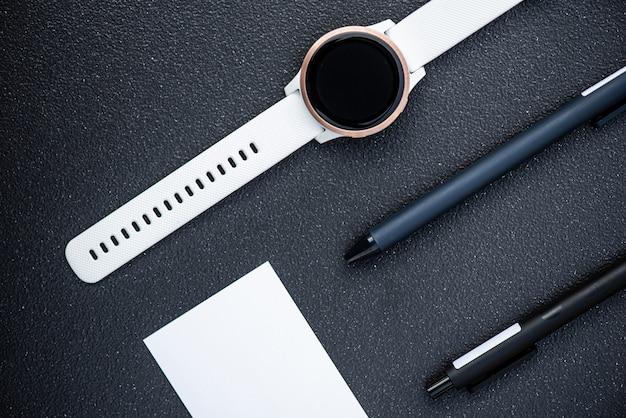 Умные часы и умная ручка на черном фоне