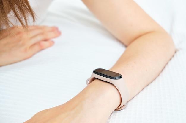 백인 여자의 손에 스마트 시계