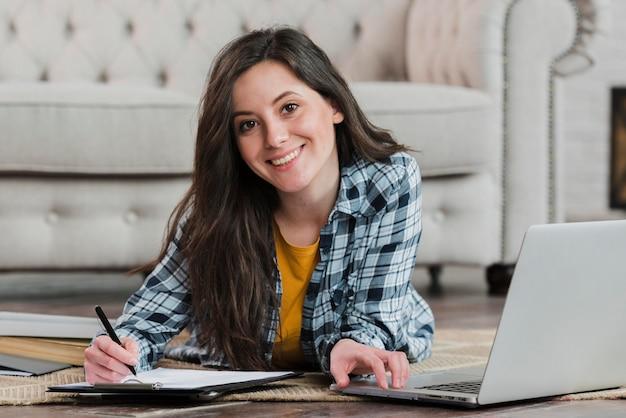 床でスマートな若い学生の学習