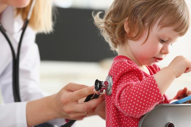 Маленький ребенок с smarthone на доктора